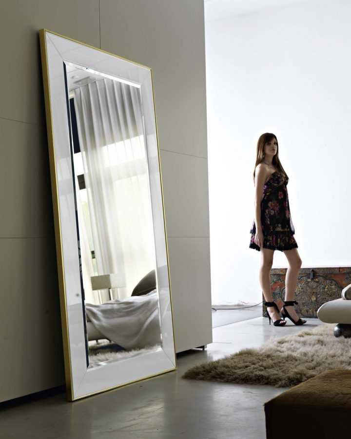 Facettierte-Spiegelzentrale-mit-Seitenstreifen_242.364W
